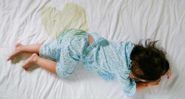 宝宝白天遗尿是啥原因